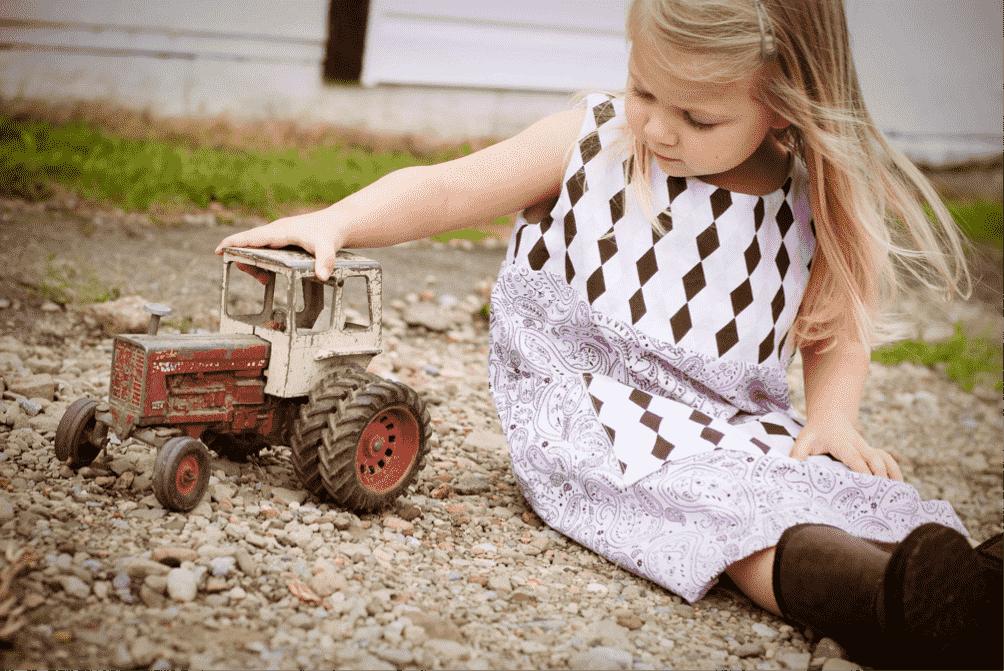 Bambina con trattore
