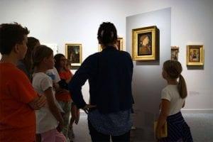 Bambini che osservano quadri